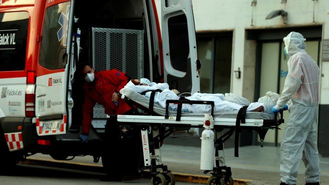 Un técnico sanitario traslada a un paciente en el Hospital de Bellvitge, en una imagen de archivo.