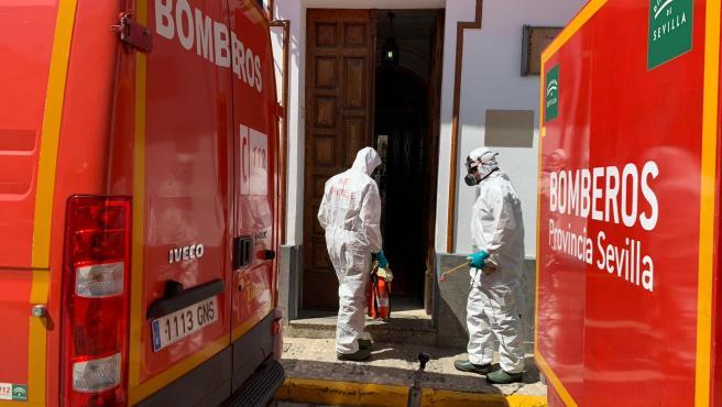 Bomberos de la provincia de Sevilla desinfectan residencias en varias localidades para frenar la propagación del Covid-19.
