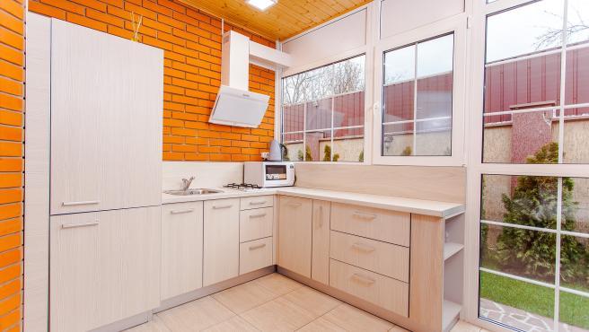 La luz solar es indispensable en cualquier lugar de la casa, también en la cocina.