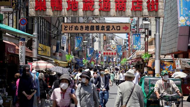 Una calle de tiendas en el distrito de Sugamo, en Tokio, el día antes del levantamiento en la capital japonesa del estado de alerta sanitaria por la pandemia del cononavirus.