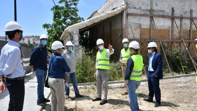 El alcalde de Tomares, José Luis Sanz, visita las obras de la antigua 'Venta de la Mascareta', una antigua casa de postas del XVII.