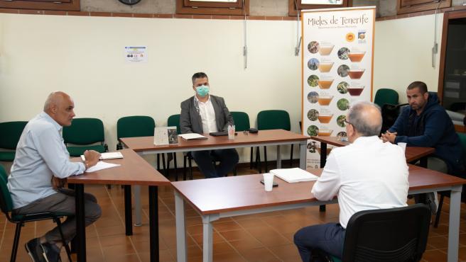 El consejero de Agricultura, Ganadería y Pesca del Cabildo de Tenerife, Javier Parrila, en una reunión con representantes del subsector de la miel
