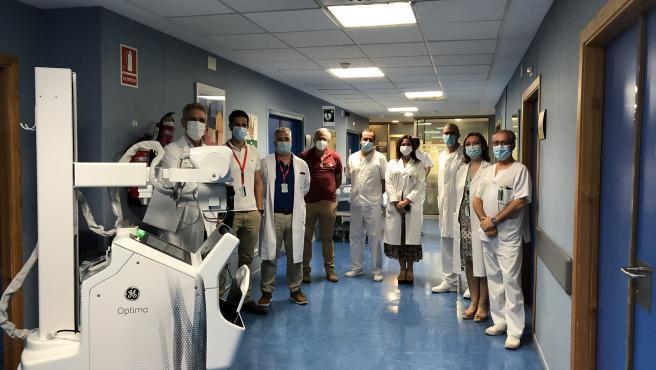 Equipo médico del Hospital Valme (Sevilla), con el aparato portátil de rayos X donado por Endesa al SAS