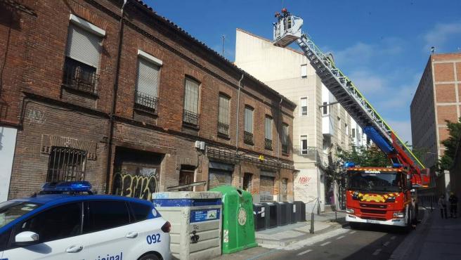 Intervención de Bomberos para retirar cascotes en calle José María Lacort de Valladolid.
