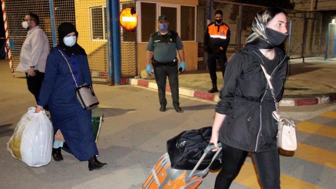 Ciudadanos marroquíes que permanecían atrapados en Ceuta por la pandemia del coronavirus regresan a su país tras reabrirse temporalmente la frontera con España.