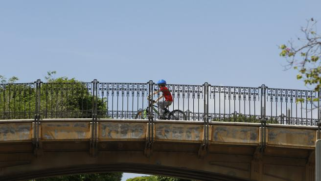 Un niño monta en bicicleta en Palma.