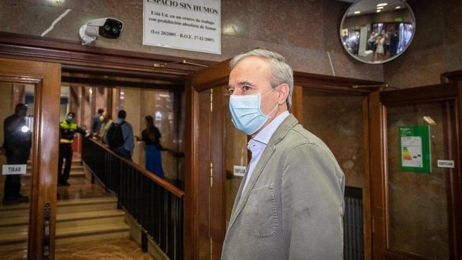 El alcalde con mascarillla en la entrada del Ayuntamiento