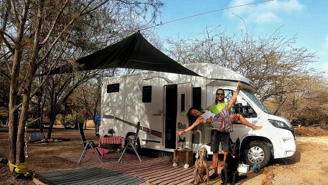 Natalia y Luis con su autocaravana y sus perros en Senegal.