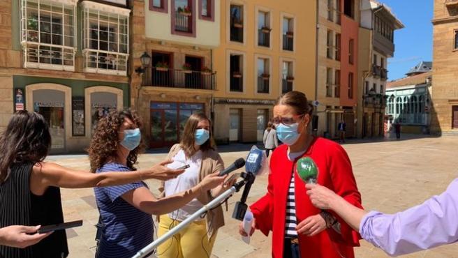 La concejala de Festejos de Oviedo, Covadonga Díaz, atiende a los medios en la plaza del Ayuntamiento.