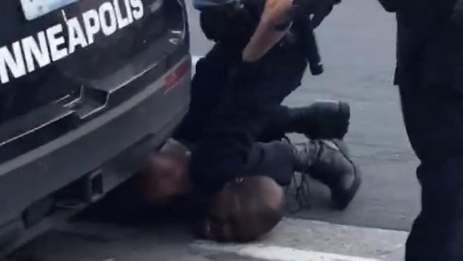 Captura de vídeo que muestra a un policía presionando con su rodilla el cuello del ciudadano afroamericano George Floyd mientras le detiene, en Mineápolis, EE UU.