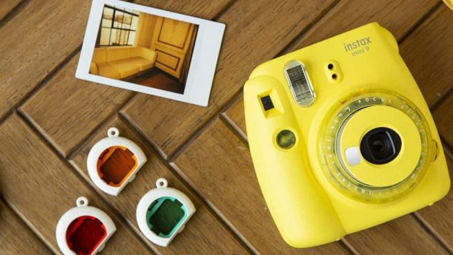 Esta cámara revela fotografías instantáneas con aire 'vintage'.