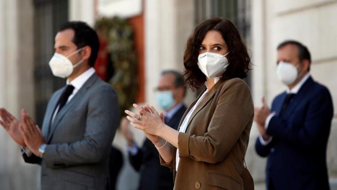 Isabel Díaz Ayuso, con Ignacio Aguado, aplaude tras el minuto de silencio en el Gobierno regional.