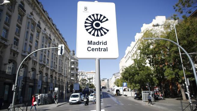 Cartel de Madrid Central que indica restricciones al tráfico en el centro de la capital
