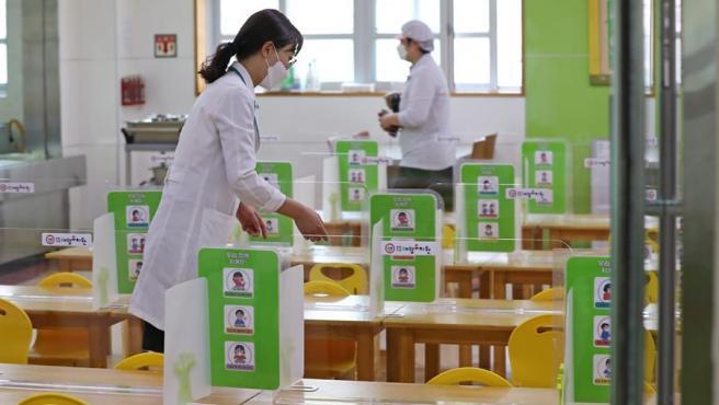 Mesas equipadas con pantallas de plástico para evitar contagios de coronavirus, en la cafetería de una guardería en Asan, Corea del Sur.