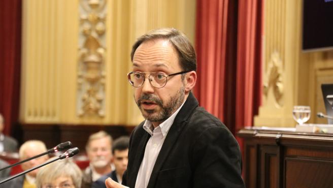 El diputado de MÉS per Menorca, Josep Castells, durante el pleno de presupuestos 2020, en el Parlament.