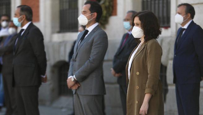 La presidenta Isabel Díaz Ayuso y el resto de su gobierno han guardado este miércoles un minuto de silencio por las víctimas mortales de la Covid-19 en la Puerta del Sol.