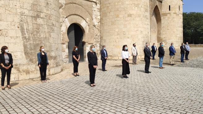 Las Cortes de Aragón han guardado un minuto de silencio por las víctimas de la pandemia de la COVID-19.