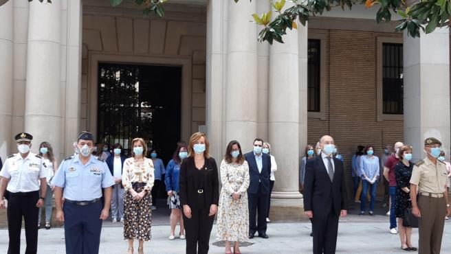 Minuto de silencio por las víctimas del coronavirus ante la sede de la Delegación del Gobierno en Aragón