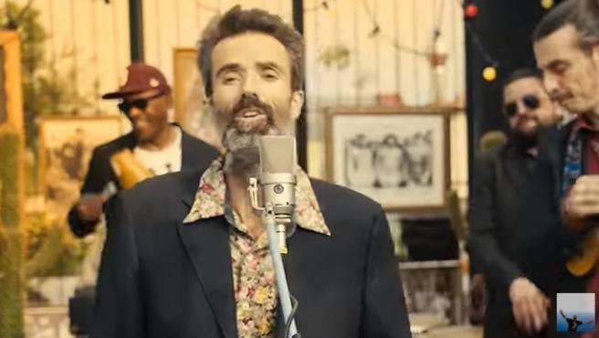 Pau Donés en el videoclip 'Eso que tú me das'