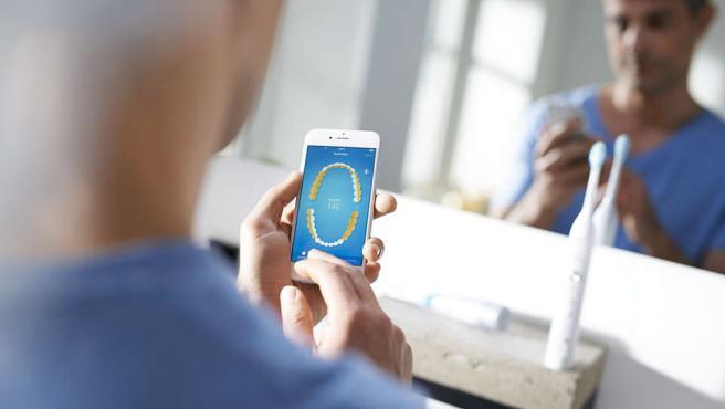 El cepillo de Philips nos envía informes al móvil para que mejoremos nuestra técnica.