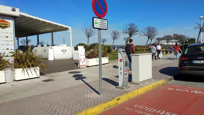 Punto de recarga eléctrico de EDP en la playa de Salinas, Castrillón, Asturias.