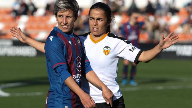 Sonia Bermúdez (i), en un Levante UD - Valencia CF de Primera Iberdrola.