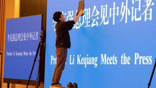 Un empleado prepara una pantalla gigante para la Asamblea Populkar en Pekín.