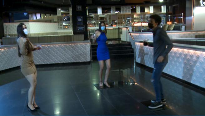 La imagen de gente bailando con mascarilla en discotecas parece cada vez más cerca.