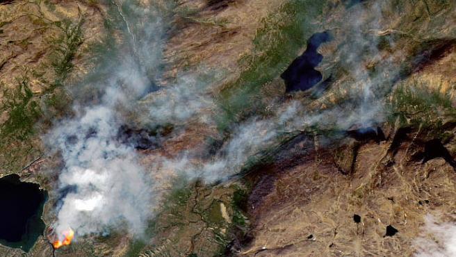 Imagen de un incendio al oeste de Groenlandia, al norte del Círculo Polar Ártico, observado por el satélite Landsat 8 de EE UU.