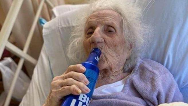 Jennie Stejna, anciana de 103 años que celebra que ha vencido al coronavirus con una cerveza