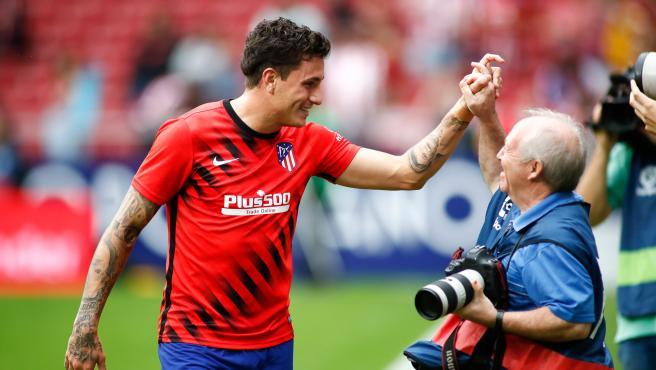 Jose María Giménez (Atlético) saluda a un fotógrafo antes de un partido.