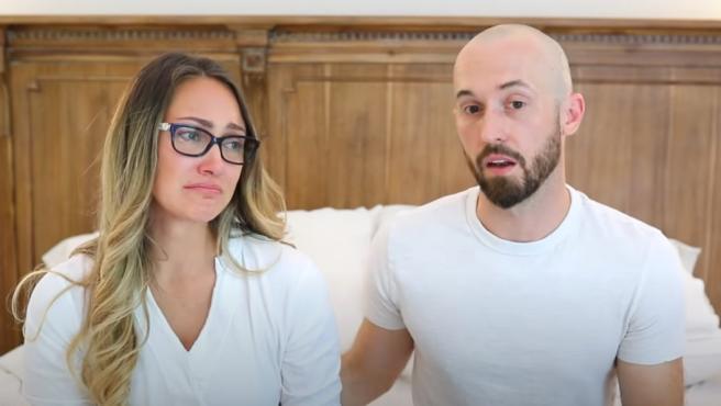"""Myka Stauffer y su esposo James, anunciando la """"rehubicación"""" de su hijo autista."""