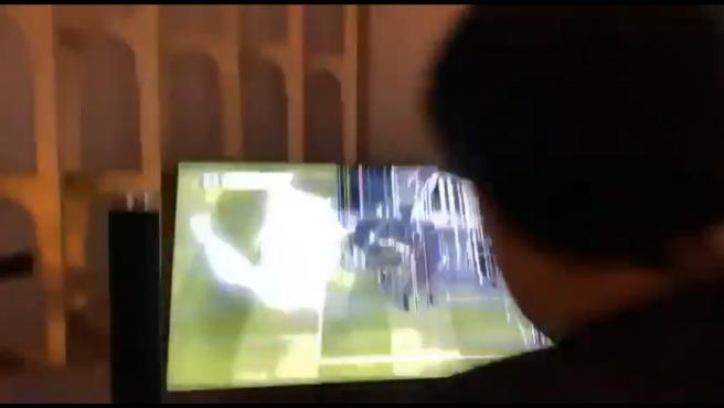 El jeque del Almería destrozó la televisión de un golpe.