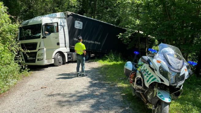 Un camión se sale de la vía tras entrar por confusión en un camino forestal cerca de la N-121-A.