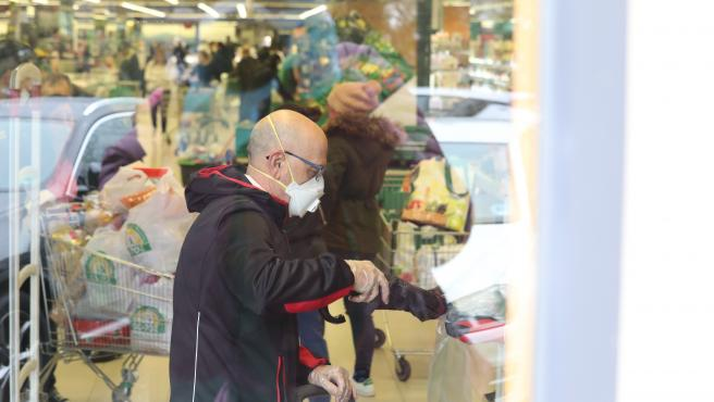 Una hombre haciendo la compra en un supermercado Mercadona