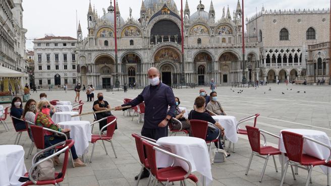 Imagen de la terraza de la icónica cafetería Caffe Quadri, ubicada en la plaza de San Marcos de Venecia.
