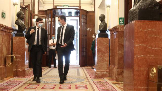 El presidente del Gobierno, Pedro Sánchez (d), con el ministro de Sanidad, Salvador Illa (Archivo)