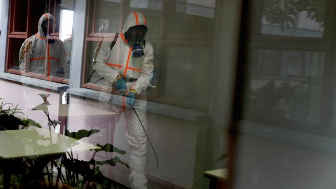 29 April 2020, Portugal, Lissabon: Portuguese soldiers wear protective gear disinfect a high school as the spread of the COVID-19 coronavirus disease continues. Photo: Pedro Fiuza/ZUMA Wire/dpa ONLY FOR USE IN SPAIN 29 April 2020, Portugal, Lissabon: Portuguese soldiers wear protective gear disinfect a high school as the spread of the COVID-19 coronavirus disease continues. Photo: Pedro Fiuza/ZUMA Wire/dpa 29/4/2020 ONLY FOR USE IN SPAIN