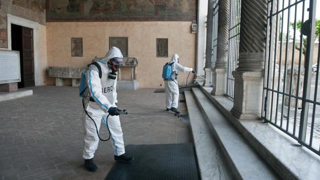 May 17, 2020 - Rome, Italy: Men wearing protective overalls and mask, escorted by soldiers of the Italian Army, prepare to sanitize the Basilica of Saint Lawrence outside the Walls in Rome, during the country's lockdown aimed at curbing the spread of the infection caused by the novel coronavirus. (Alessia Giuliani/CPP/Contacto) ONLY FOR USE IN SPAIN May 17, 2020 - Rome, Italy: Men wearing protective overalls and mask, escorted by soldiers of the Italian Army, prepare to sanitize the Basilica of Saint Lawrence outside the Walls in Rome, during the country's lockdown aimed at curbing the spread of the infection caused by the novel coronavirus. (Alessia Giuliani/CPP/Contacto) 17/5/2020 ONLY FOR USE IN SPAIN