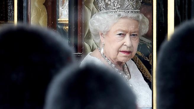 La reina Isabel II, en el Palacio de Buckingham, en Londres, antes de asistir a la sesión de apertura del Parlamento británico.