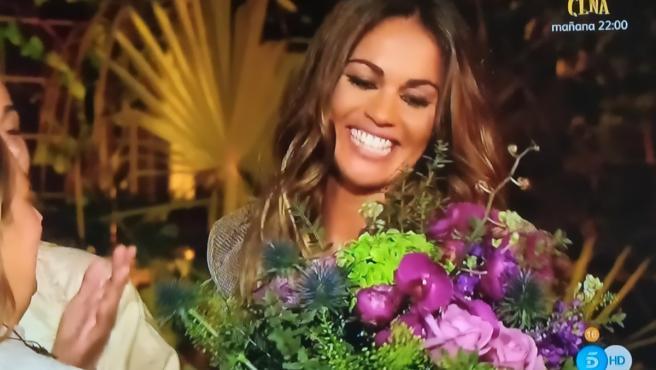 Lara Álvarez recibe un ramo de flores por su cumpleaños.