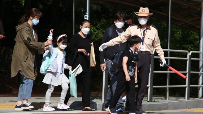 Seúl. Las autoridades surcoreanas anunciaron el cierre de parques, cines y museos durante dos semanas en Seúl ante el fuerte repunte de casos ligado a un brote en una nave comercial.