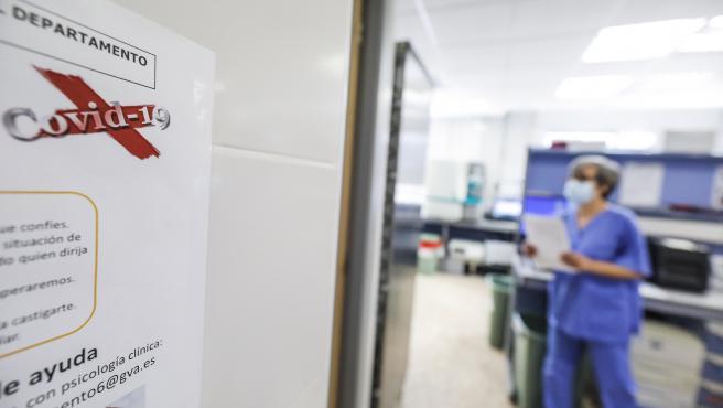 ROBER SOLSONA…202000424….VALENCIA….REPORTAJE EN EL HOSPITAL ARNAU DE VILANOVA DEL COVID-19. LABORATORIO DE MICROBIOLOGÍA DONDE ANALIZAN LOS TEST COVID.
