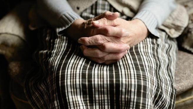 Un enfermo de Parkinson entrelaza sus manos