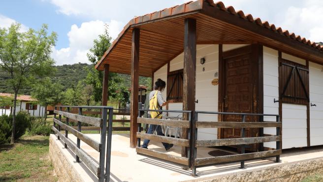 Una clienta entra en un bungalow del Camping Monte Holiday en Gargantilla del Lozoya durante su segundo día de apertura en la Fase 1 de la desescalada