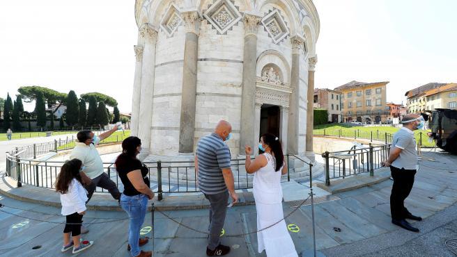 Varias personas esperan la apertura de la Torre de Pisa, que ha abierto este sábado después de tres meses de cierre por el coronavirus.