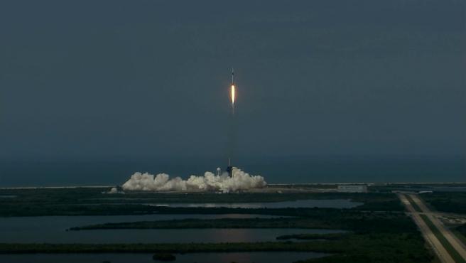 El cohete SpaceX Falcon 9 que transporta la nave espacial Crew Dragon rumbo a la Estación Espacial Internacional.