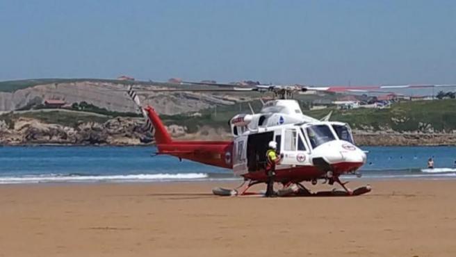 Helicóptero del 112 en la playa de La Concha en Suances (Cantabria)