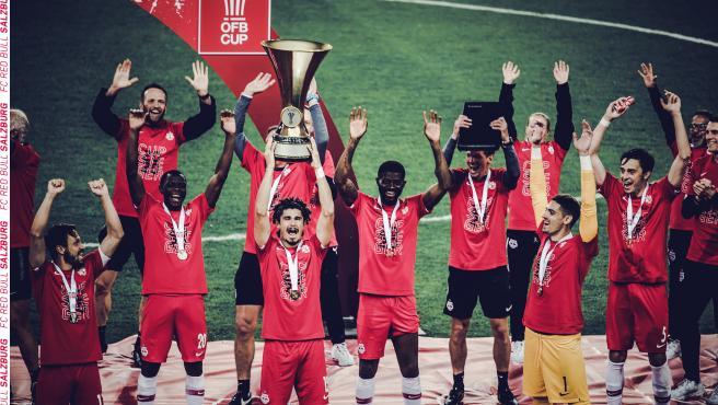 Los jugadores del RB Salzburg celebran el título con distancia social.