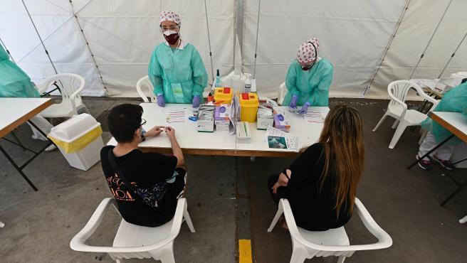 Sanitarios realizan los test de seroprevalencia, gratuitos y voluntarios, para cuantificar los anticuerpos frente a la Covid-19 en el recinto ferial de Torrejón de Ardoz.
